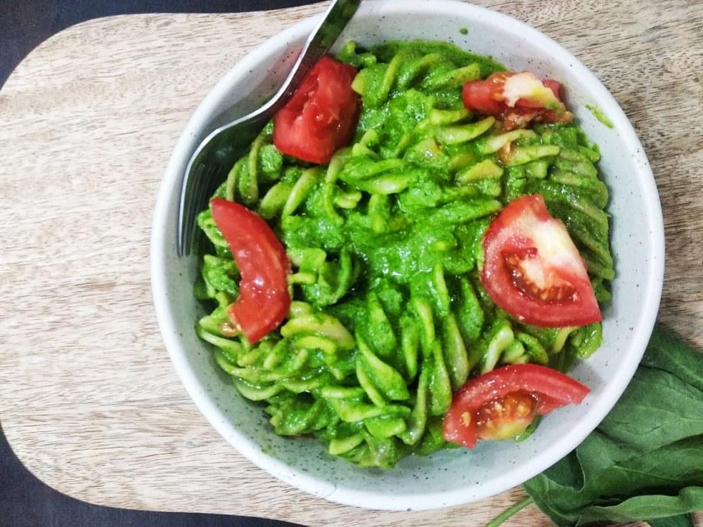 Spinach-walnut pesto pasta